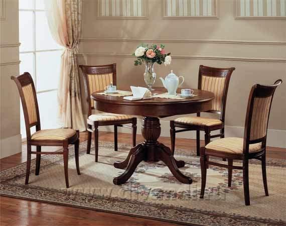 Обеденные столы и стулья для столовой из Италии представлены в огромном ассортименте: от классических раздвижных